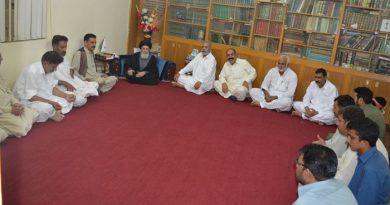 سردارعبادت حسین شاہ اور مخدوم نزاکت نقوی کی سرکردگی میں وقد قائد ملت جعفریہ آقائے موسوی سے ملاقات کررہا ہے ۔
