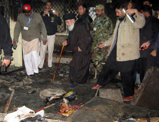 نومبر 2013:قائد ملت جعفریہ آغا سید حامد علی شاہ موسوی سانحہ عاشورہ کے بعد جلائے گئے امام بارگاہ کا دورہ کررہے ہیں
