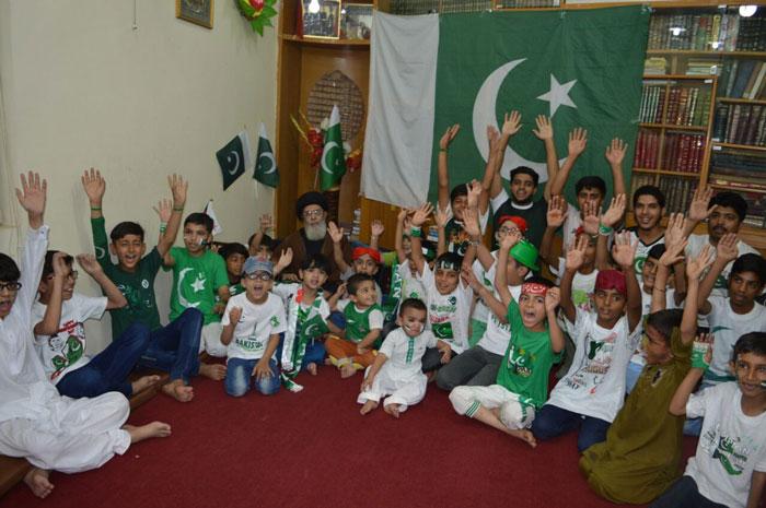مختار جنریشن کے کمسن بچے یوم آزادی کے موقع پر قائد ملت جعفریہ آقائے موسوی کے ہمراہ
