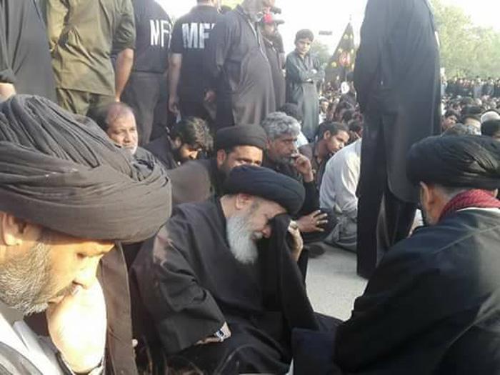قائد ملت جعفریہ آقائے موسوی فرش عزا پر