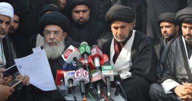 8محرم مرکزی جلوس ذوالجناح میں قائد ملت جعفریہ آغا سید حامد علی شاہ موسوی میڈیا کو مئی 85کا موسوی جونیجو معاہدہ دکھا رہے ہیں ۔