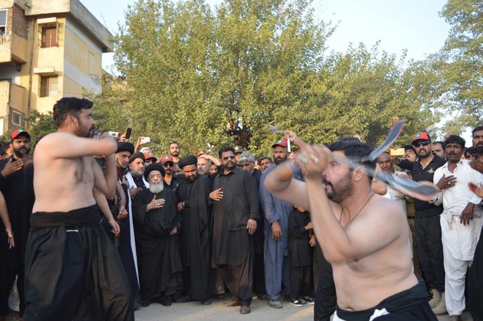 8محرم قائد ملت جعفریہ آغا سید حامد علی شاہ موسوی کے زیر اہتمام جلوس میں فرزندان قائد زنجیر زنی کررہے ہیں