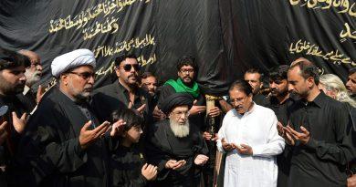 جلوس اربعین کے دوران قائد ملت جعفریہ آغا حامد موسوی علم کی زیارت کررہے ہیں ۔