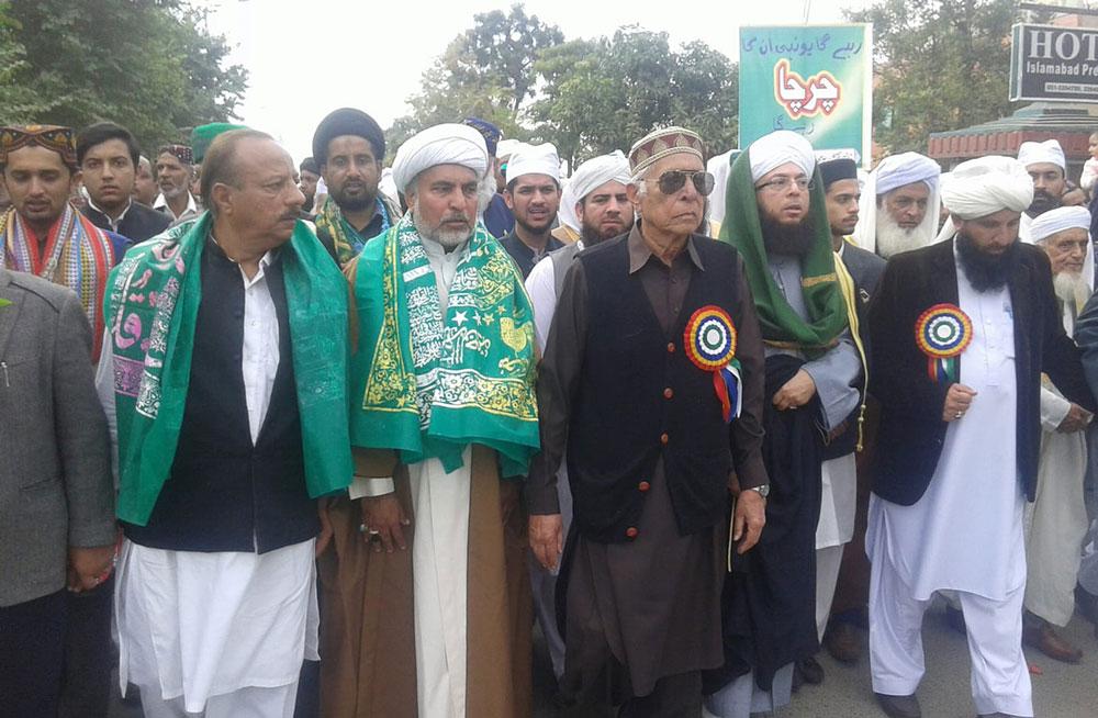 ٹی این ایف جے اسلام آباد کے صدر علامہ بشارت امامی اہلسنت برادران کے ہمراہ میلاد جلوس کی قیادت کررہے ہیں ۔
