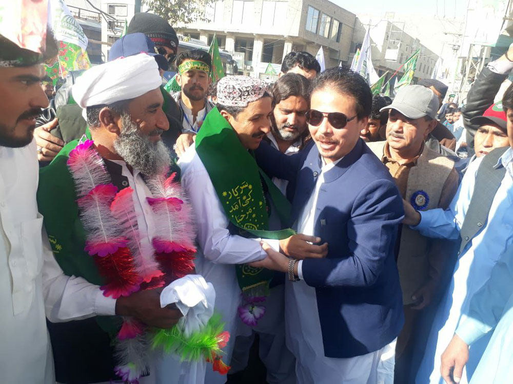 ٹی این ایف جے بلوچستان کے صدر ہادی عسکری کوئٹہ میں میلاد جلوس کے قائدین کا استقبال کررہے ہیں ۔