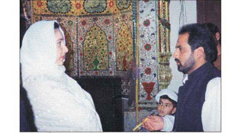 بے نظیر بھٹو علی ؑ مسجد آمد کے موقع پر ٹی این ایف جے کے سیکرٹری اطلاعات قمر زیدی سے گفتگو کررہی ہیں ۔