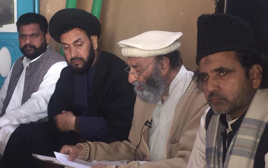 ڈیرہ اسماعیل خان :تحریک نفاذ فقہ جعفریہ کے سیکرٹری جنرل شجاعت علی بخاری امامیہ مسجد میں پریس کانفرنس سے خطاب کررہے ہیں ۔
