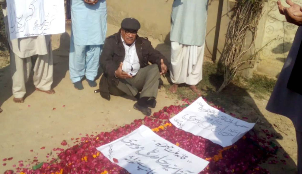 میلسی ۔حسینی محاذ کے شہید اشرف علی رضوی کے مزار پر چادر پوشی کی جارہی ہے